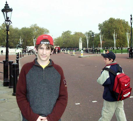 01b20014 LGW Buckingham Palace Jared.JPG (40489 bytes)